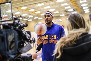 Harlem Globetrotter wows wheelchair basketball athletes